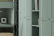 armadio colorato in legno