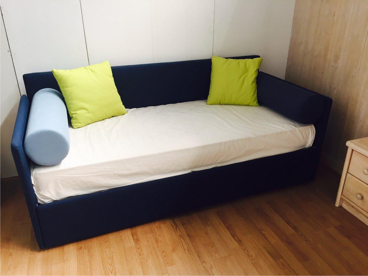 Letto imbottito a divano con cassettoni occasioni outlet - Divano letto con rete a doghe ...