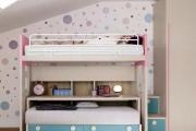 Il letto a castello da bimba con il letto d'emergenza