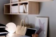 scrivania con librerie