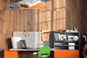 scrivania sospesa con librerie