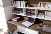 scrivania moderna con libreria