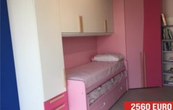 Camera a ponte bianca e rosa da esposizione