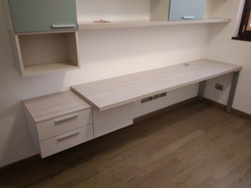 scrivania moderna montata a Carugate
